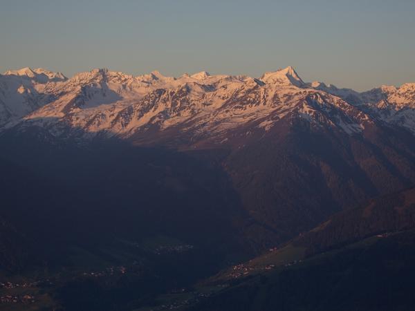 Der Blick in die Stubaier Berge verdeutlicht die derzeitige Schneelage oberhalb ca 2000m in der  Nordhälfte gut. Die Situation ist in den nördlichen Kalkalpen ähnlich wie am Alpenhauptkamm!