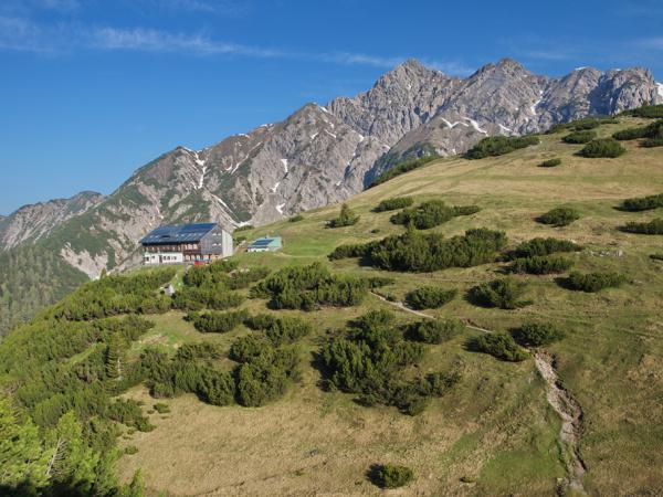 Hütte mit Kuhljochspitze