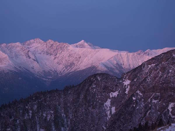 Für einige Augenblick zaubert die aufgehende Sonne die verschneiten Berge in ein fantastisches Licht!