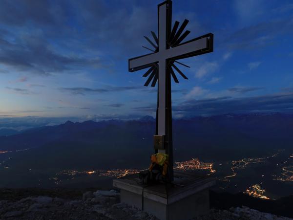 Zu Tagesbeginn am Gipfel des Solstein