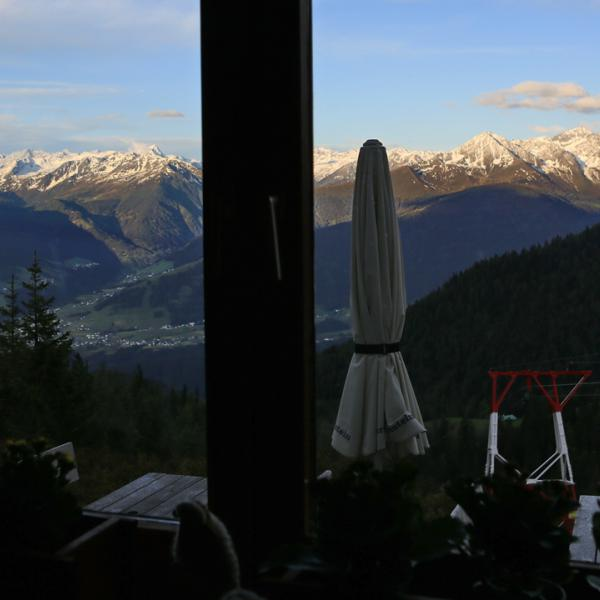 Blick aus dem Fenster der Gaststube auf die Stubaier Alpen!