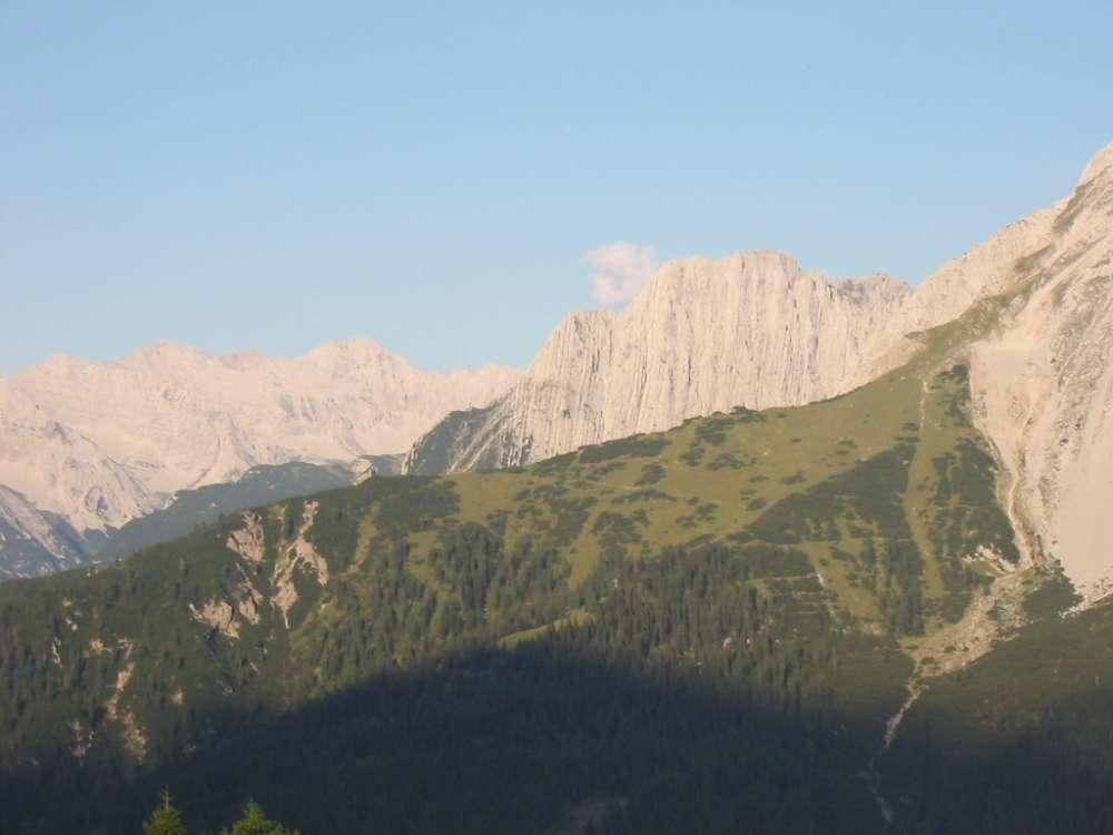 Ganz rechts unterhalb der Kampfkarspitze geht es rechts zum Frau Hitt Sattel - im Vordergrund der Hippen